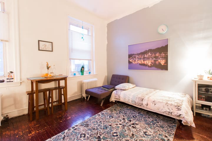Charming 12ft Ceiling UCity Den