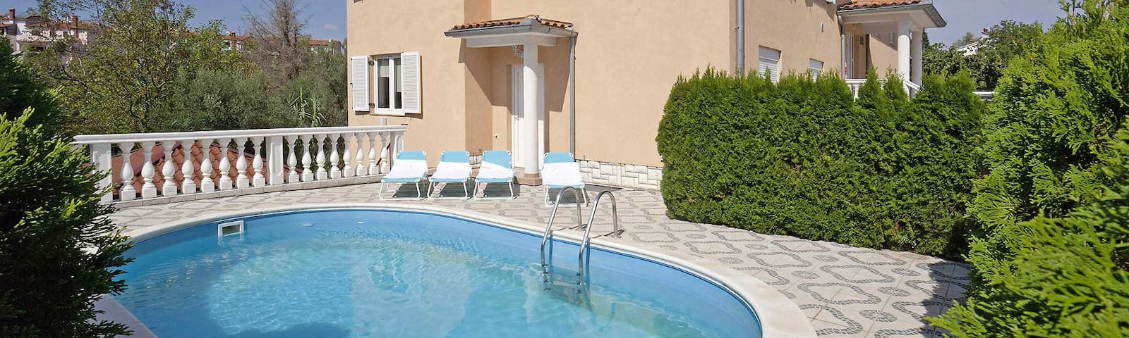 Lovely Flat with swimming pool near beach