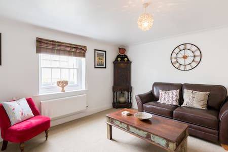 Characterful apartment in heart of town & parking - Cheltenham