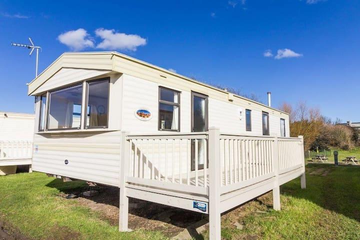 8 berth caravan to hire in Kessingland park, Suffolk by the beach ref 90041