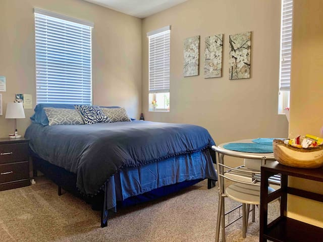 🔆 Superhost - private bed/bath, no cleaning fee!