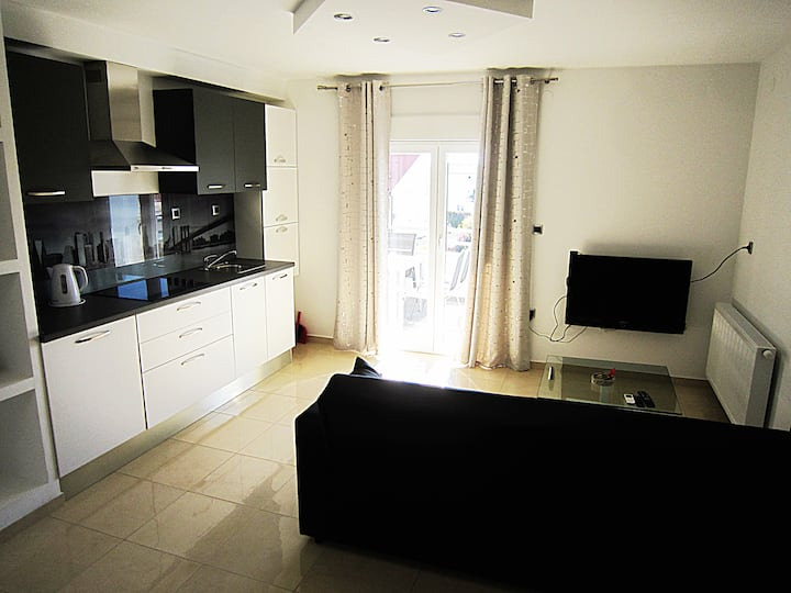 Modern apartment with balcony 10 min from beach!