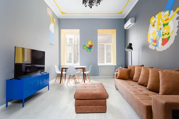 Три отдельные комнаты - две больших спальни и гостиная - и каждая по своему интересна и не похожа на остальные. Эта квартира - уже отдельное приключение для вашей поездки!
