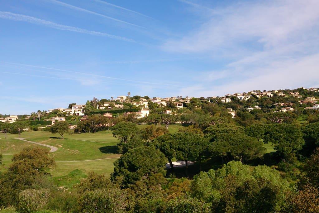 Vue dégagée sur le golf depuis la terrasse.