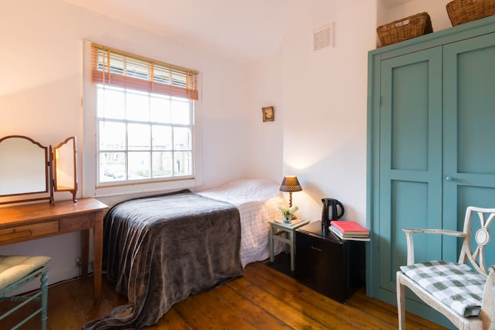Cosy Room in English Cottage, Central Line Zone 2