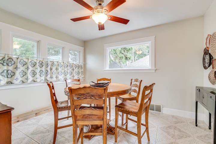 Plenty of space to eat as a family with lots of natural light!