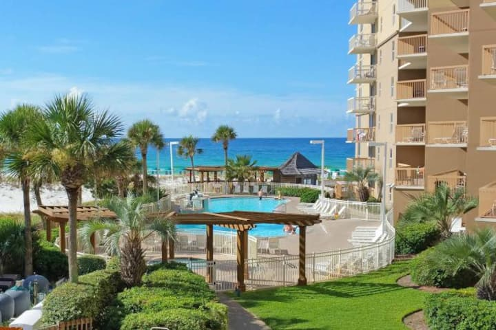 Pelican Beach Resort -Walkout unit -On the Beach!