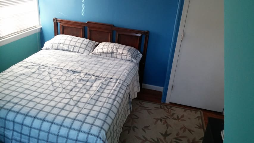 Full bed, private room. - Fredericksburg - Casa