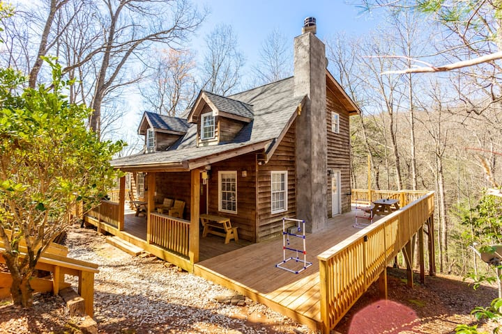 Rustic Retreat/Private Lake/Massive deck/ Sleeps 7