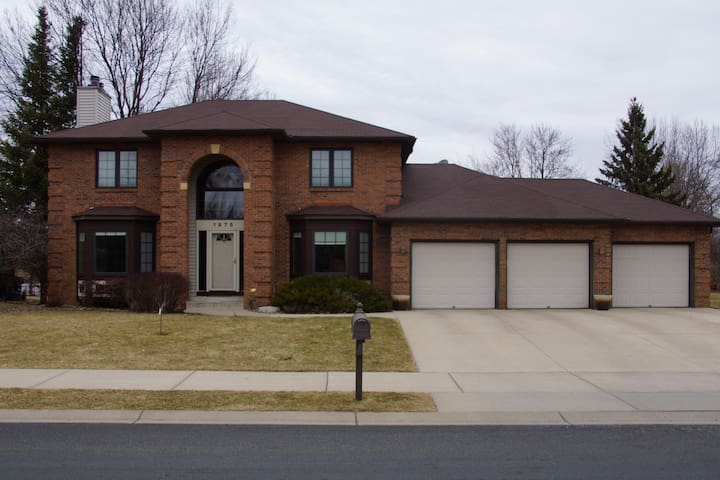 Beautiful updated home 20 min from US Bank Stadium - Inver Grove Heights