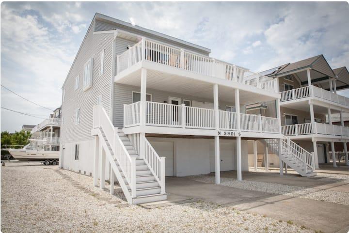 Spacious Beach House; Short Walk to Bay and Beach