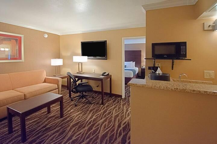 Hotel Tempe InnSuites Executive King Suite