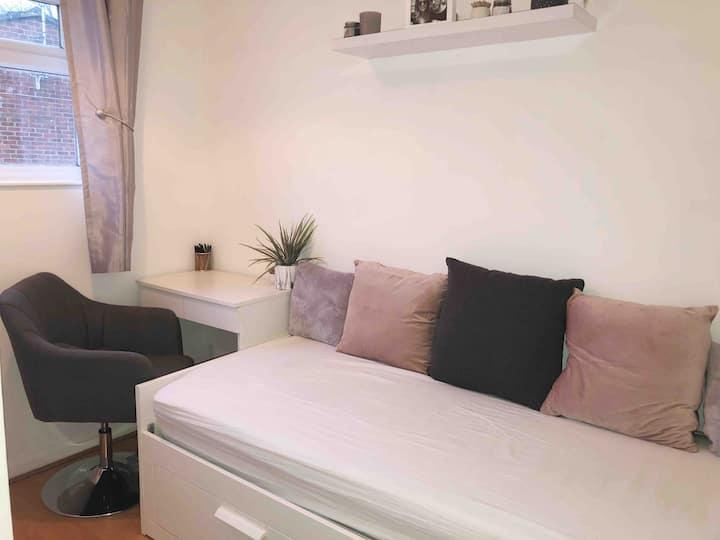 Single room, quiet area- free parking & WIFI