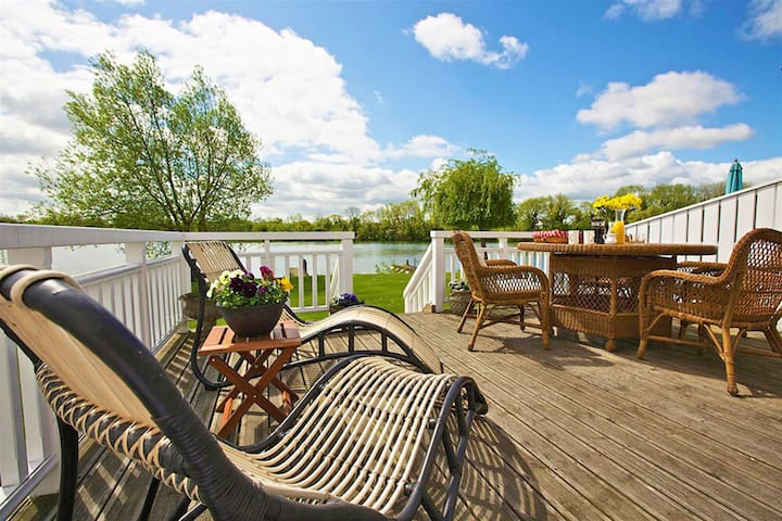 Stylish New England lakeside retreat in the Cotswold Water Park