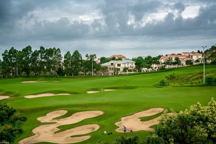 高尔夫球场旁的艺术空间和客栈
