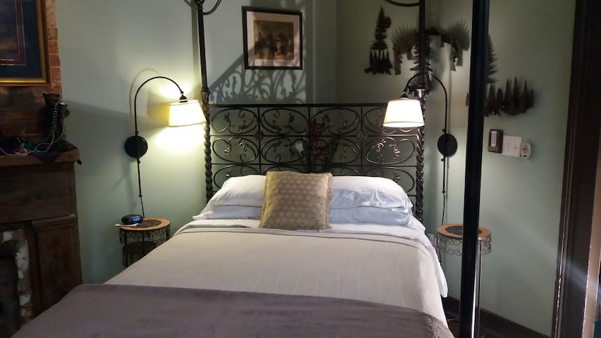 Private Jacuzzi Suite, walk to Bourbon, FQ, Park