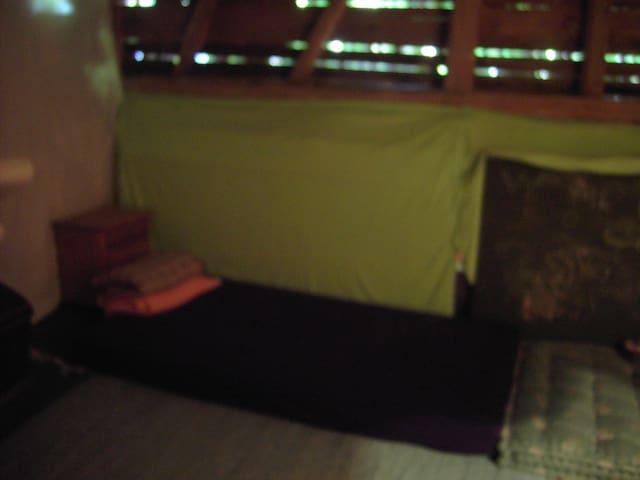 einfache Matratzen auf dem Boden