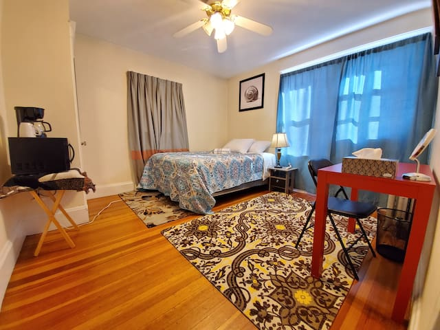 Cozy bedroom near Tufts/Boston & Public Transport