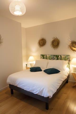 Chambre avec une literie d'excellente qualité, une penderie et de nombreux rangements. Dimension lit : 140 x 200.
