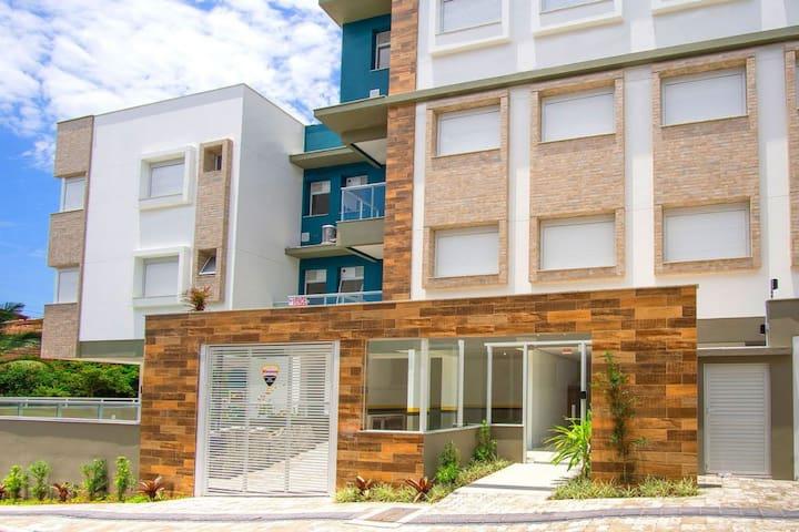 Apartamento novo com piscina e perto da praia
