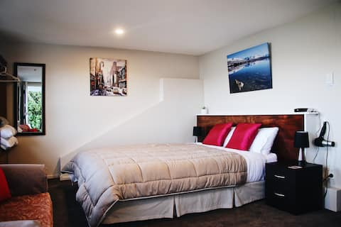 Tranquil guest suite, sea view & local ammenities