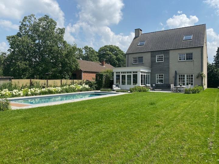 Luxueus huis met zwembad in het groene Kapellen