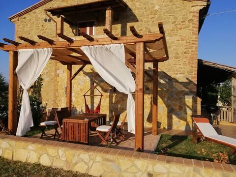 """Appartamento """"LAVANDA"""" in un antico casale toscano"""