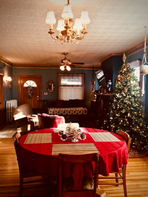 Perfect for Holiday Gatherings -Full holiday decor (Thanksgiving-New Years) ~table expands to seat 8