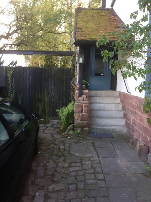Holztor: Zugang zum Ferienhaus blaue Tür: Eingang zum Gastgeber