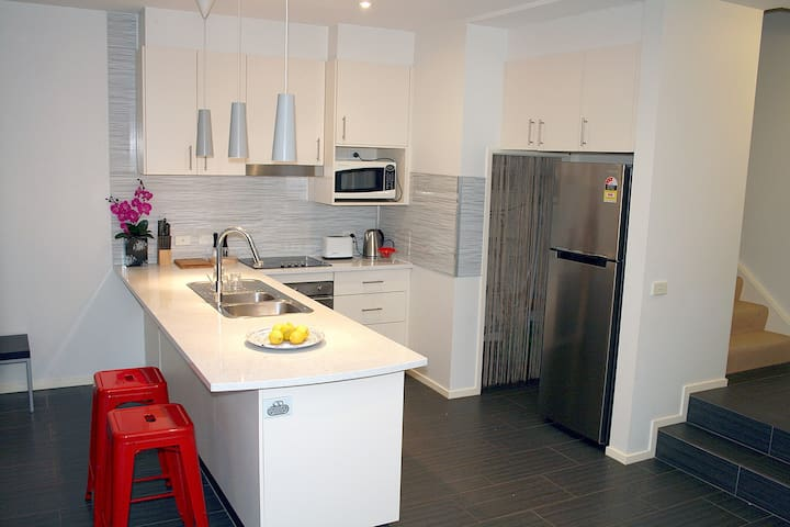 Modern townhouse with everything you need. - Narrabundah - Townhouse