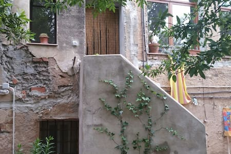 private room with bathroom in a house free parking - Barcelona