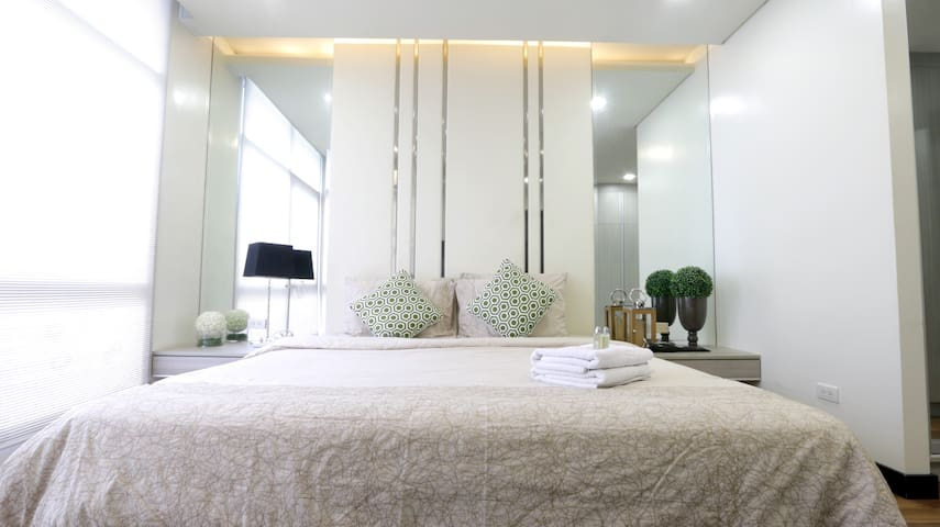Bright & Modern 2BR Penthouse in BGC, 8mbps wifi