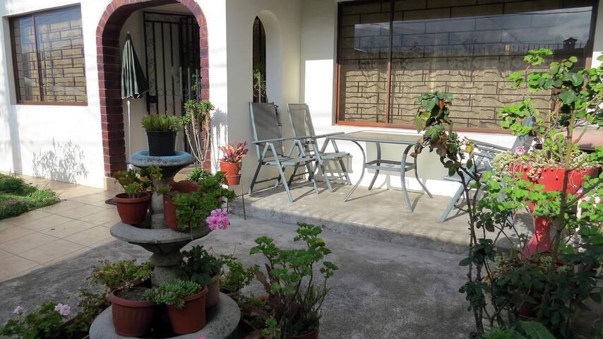 Single, couple bedroom next to Quicentro - Quito - Dům