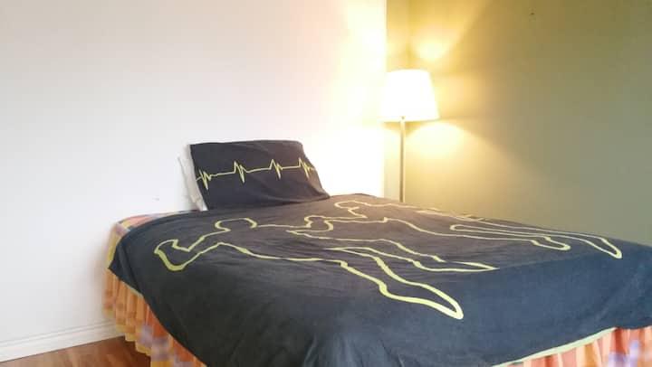 5 min to metro cozy bedroom #3