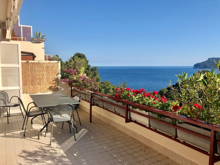 CHARMING SEA VIEW FLAT - BIKE FRIENDLY WITH AC