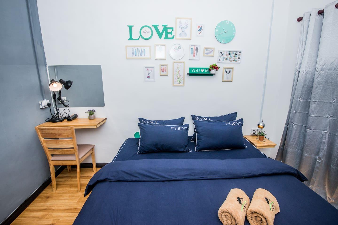 房一 :一张1米8大床