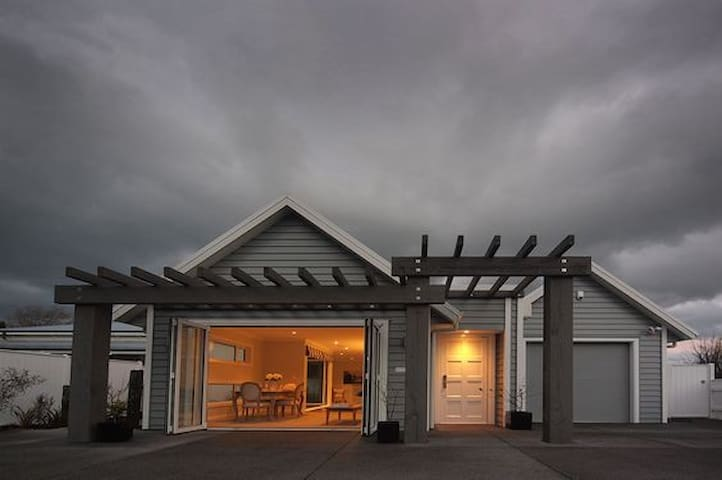 Luxury on Main - Central Greytown Location