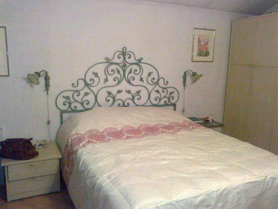 Camera da letto matrimoniale e culla