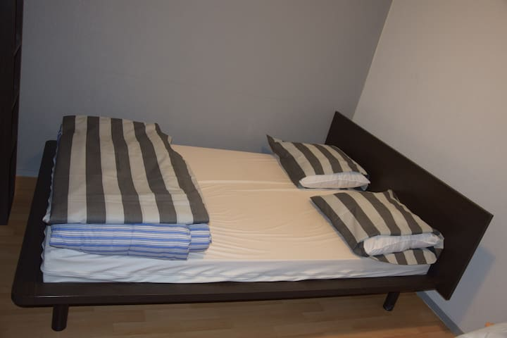 QueenSize bed in private room/free breakfast Paris