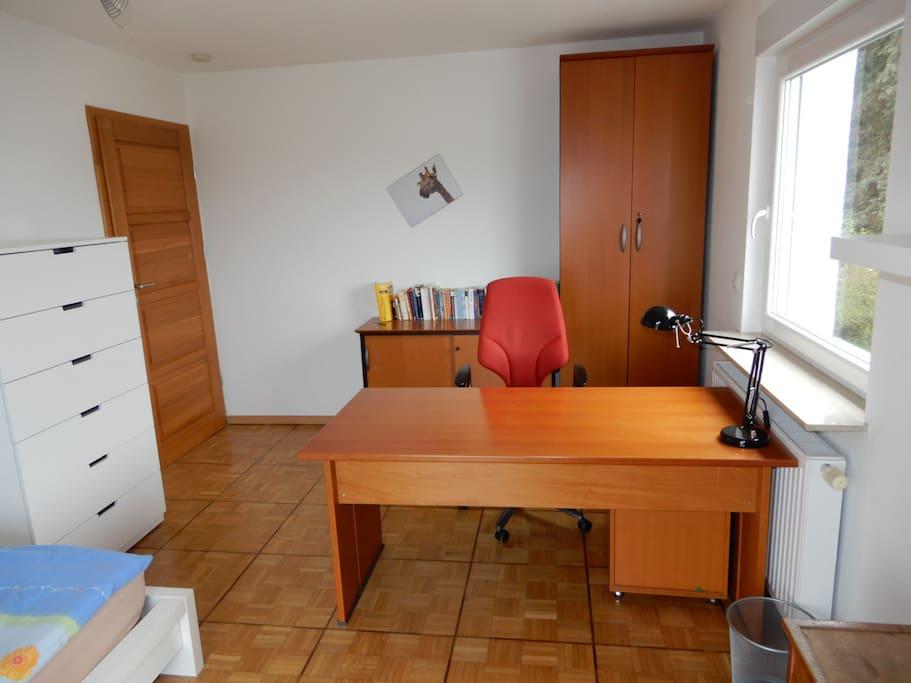 Der Schreibtisch und die Schränke