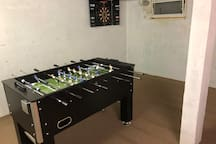 Tischfussball und Dartspiel
