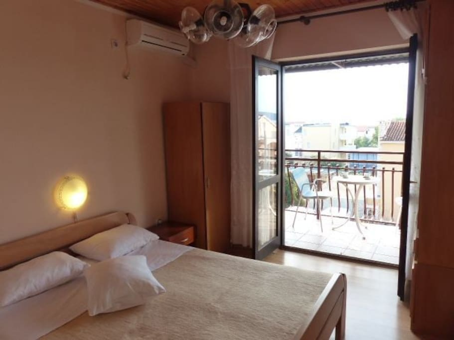 The room is spacious and has plenty of sun, has a balcony and a grill. The view is wonderful because the sea is just ahead