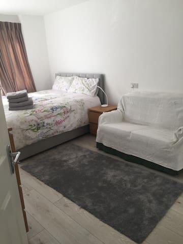 Lovely Double bedroom + Bathroom in East London