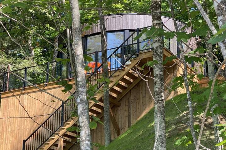 Lux dome Bel Air Tremblant. Private hot tub and sauna, pool, zipline, tennis, fatbikes and more