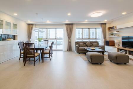 Modern luxury condo at brand new Happy Valley bldg - Quận 8