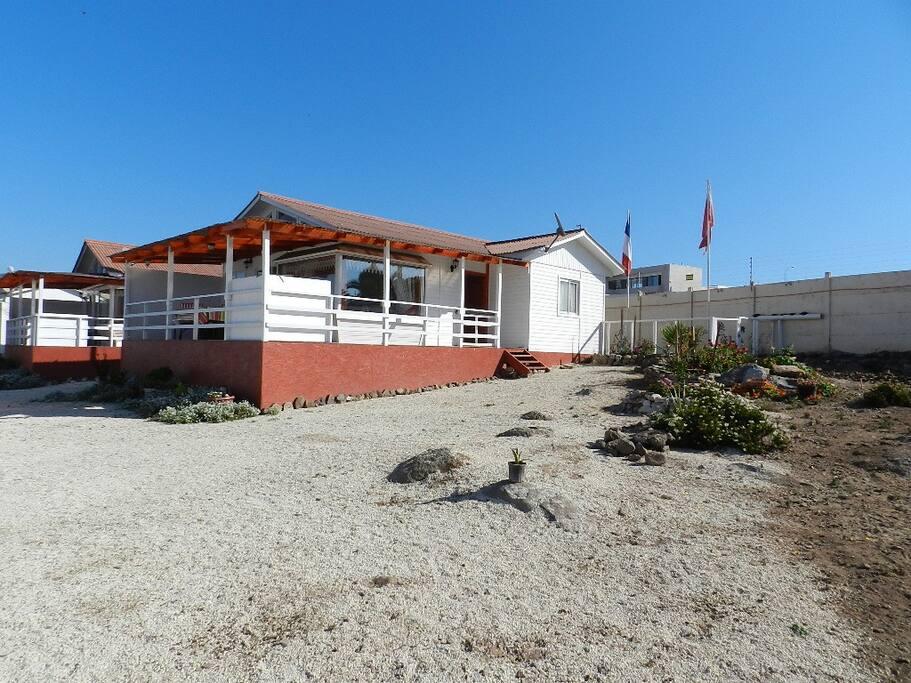 vue maison donnant sur la piscine