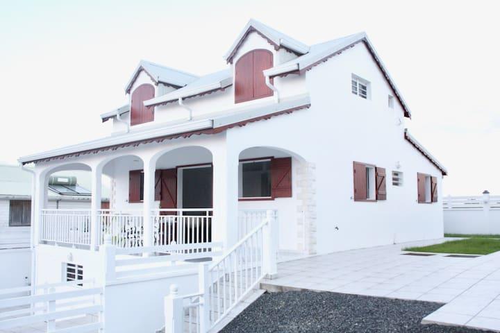 Villa canne à sucre, parking, clôturée, près plage