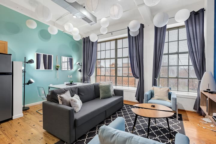 Hip, Vibrant 2BR in Downtown's Warehouse District