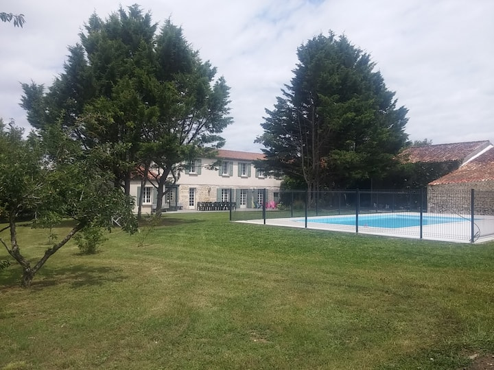 Grande maison rénovée, piscine, parc arboré