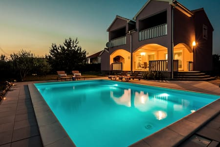 Private& All New& Pool& Parking, Beds in 3BD, AC.